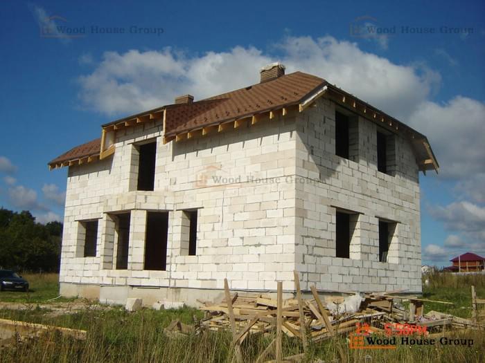 Простота и скорость, с которой растут стены дома из бетонных блоков, обманчивы. У пенобетона есть