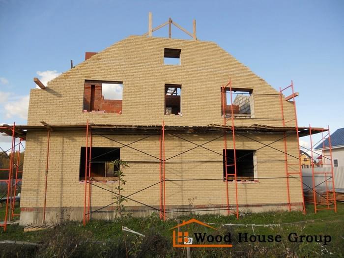 Дом из газобетонных блоков с кирпичной облицовкой на свайно-ростверковом фундаменте